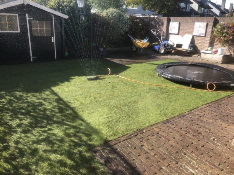 de nieuwe gras mat word meteen besproeid