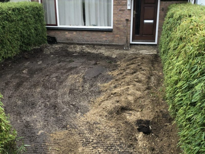 Bestrating er uit en grond afgegraven